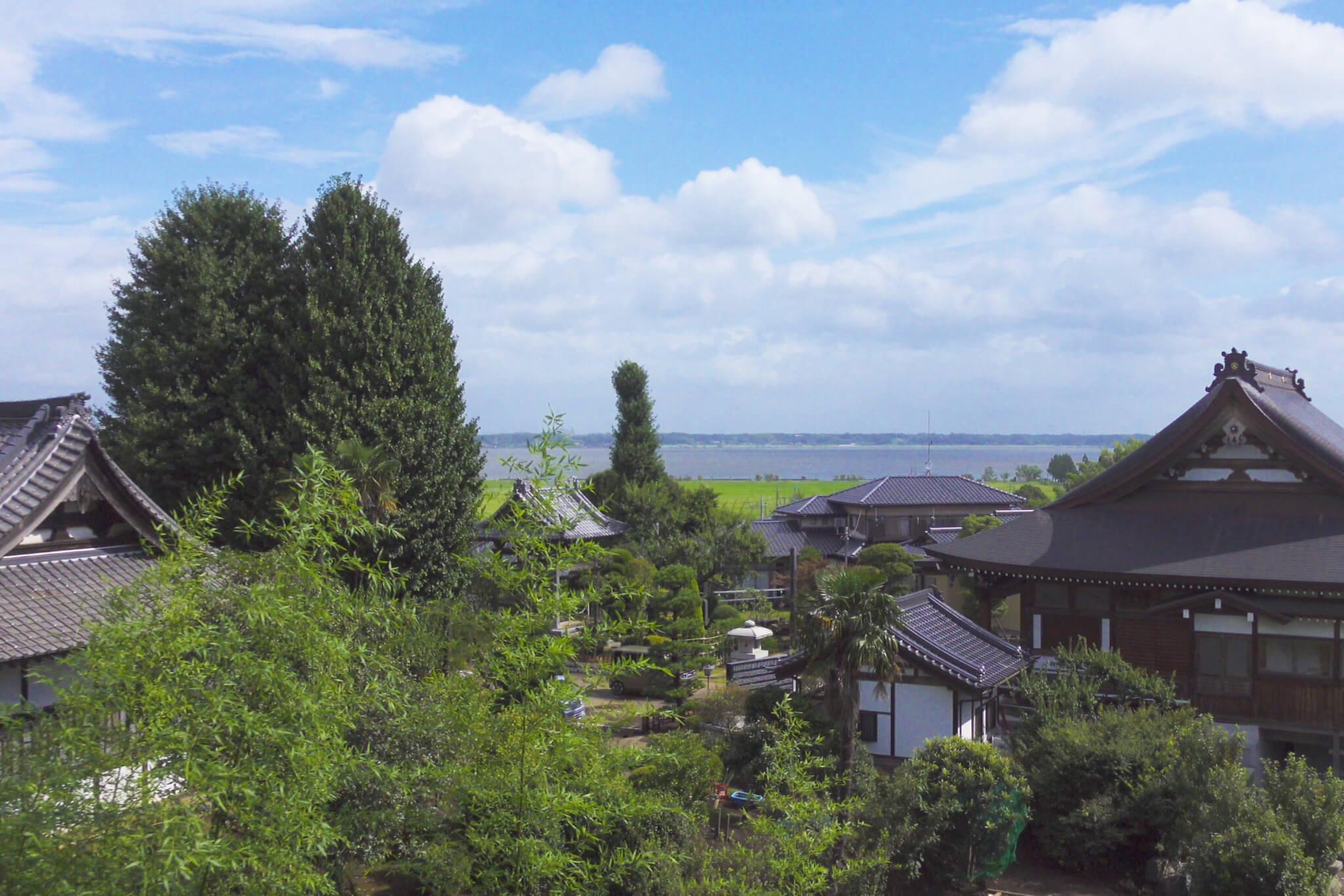 満徳寺(阿見町)の墓地から霞ヶ浦を眺める